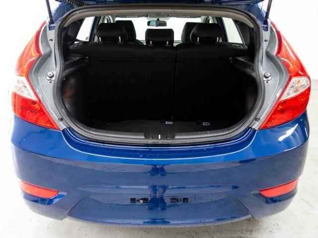 2017 Hyundai Accent SE 6A Hatchback - 504955W - Image 15